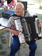'Festa della famiglia' -Musante Carlo detto Picci che con i suoi 80 anni suonati e nonostante qualche dichiarato reumatismo ha incantato letteralmente la platea con la sua fisarmonica.