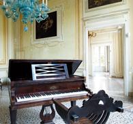 Il fantasma che suona il pianoforte: per chi vuole provare il brivido di cercarlo, visite notturne a lume di candela nella Villa