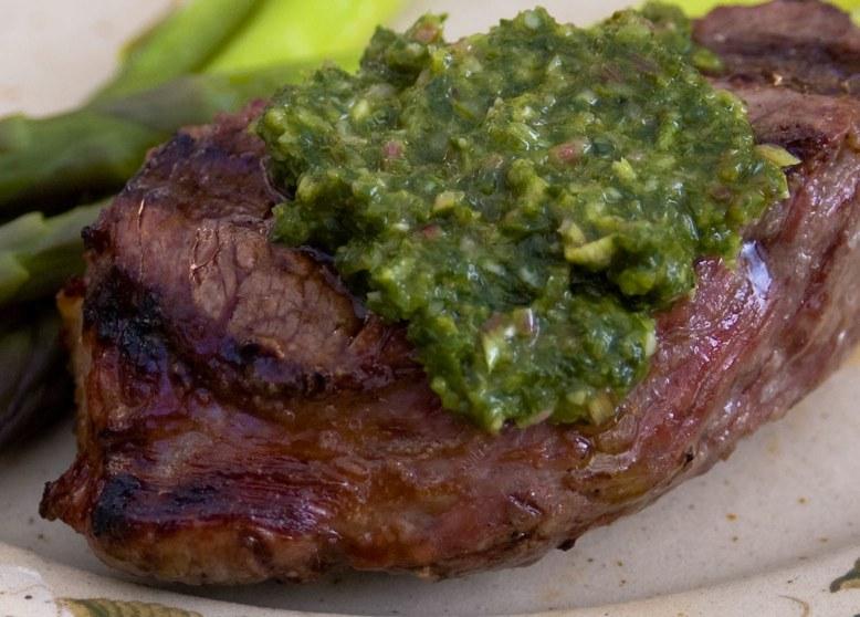 Bistecca con salsa chimichurri