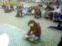 """""""La cultura non e' morta!"""" Ai ragazzi piace la conoscenza e lo hanno dimostrato a modo loro:  con un originale e poetico flash mob"""