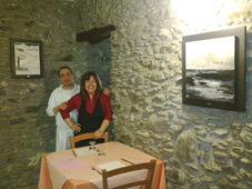 """""""A cena con dipinto"""": sui muri di Nonno Puin sono comparsi i quadri di Paola, insospettabile pittrice"""