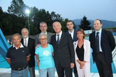 Foto di gruppo con il Sindaco di Lumarzo Guido Guelfo (al centro) con la sua squadra comunale, l'assessore Boitano e lo storico gestore della piscina Nuccio Biolcati