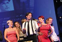 Alessandro Conti, cantante degli Attack-a-boogie, gruppo swing che ha allietato la serata, circondato dalle ballerine di Zenaswingers