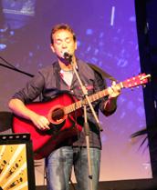 il cantautore Paolo Traversa, che ha presentato il brano inedito intitolato U Baxeico.