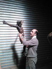 Franco Casoni con il modellino del Cristo Nero da cui ha preso ispirazione