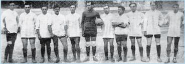 LA FONDAZIONE La fondazione dell'Entella risale al 1914 nel periodo in cui nascono molti dei più importanti club calcistici nazionali. L'iniziativa è di un gruppo di giovani e notabili chiavaresi che vogliono avere la squadra di calcio della città dimostrando così il senso di modernità delle classe dirigente locale di allora.