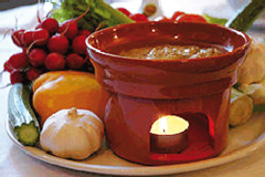 e la bagna cauda, intingolo a base di acciughe, aglio e olio in cui intingere diversi ingredienti