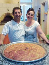 'Nduja, pitt 'nchiusa e cuzzupa: L'Angolo delle Pizza propone specialità della tradizione calabrese e ligure, oltre a fragrante pane di grano duro cotto nel forno a legna