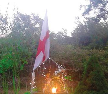 """Rubata la bandiera dell'edicola votiva a Coreglia: l'appello """"riconsegnatela"""""""