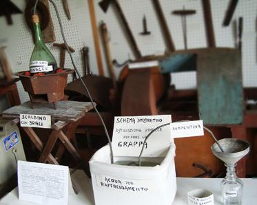 """""""Un fiasco, un pentolino, un tubo e tanta pazienza"""": di quando i nostri nonni producevano la grappa fatta in casa. (Al museo etnografico di Gattorna un tradizionale """"alambicco"""")"""