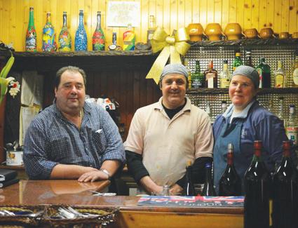 L'ex stalla, ristorante nel bosco. Il Chiapparino: sulle pareti piatti dal mondo, sulla tavola quelli più golosi, dai pansoti ai ravioli di lumache, dalla trippa al bonet