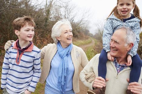 IN GITA COL NONNO - Tornano le gite gratuite per gli anziani, ma solo se accompagnati dai nipoiti, per vivere insieme una giornata da ricordare