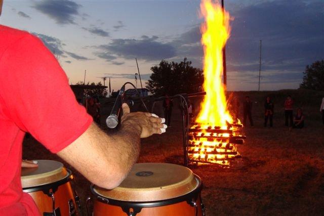 Una delle prove di fiducia in se stesse: la camminata sul fuoco. Il suono ancestrale dei tamburi accompagna alla preprazione dei carboni ardenti