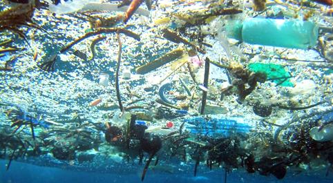 Nell'Oceano c'è un'isola di plastica grande tre volte la Francia: e si sta ingrandendo