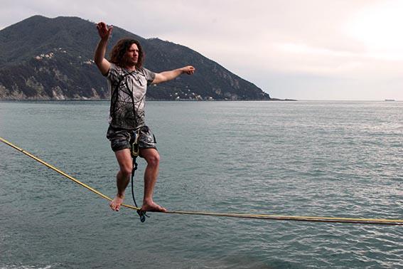 Le discipline acrobatiche conquistano (anche) i Levantini: rendono felici e liberi, e si possono imparare ad ogni età