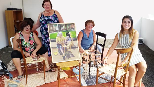 """Le restauratrici di """"chiavarine"""": da tre generazioni le donne della famiglia Bacigalupi si tramandano l'arte dell'impagliatura"""