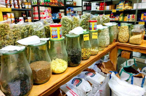 """Quando l'economia locale funziona: a Chiavari il negozio """"come una volta"""" che fornisce le pizzerie (e non solo) di farine naturali e speciali"""