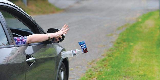 Gettare rifiuti dal finestrino dell'auto è incivile e può costare caro: multe fino a 400 Euro